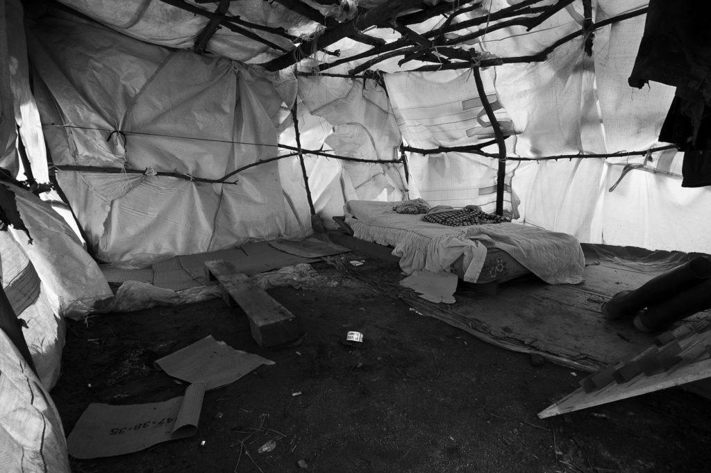 Al di fuori della tendopoli ufficiale, chi non ha trovato posto nel campo si è dovuto costruire alloggi di fortuna; architetture sbalorditive fatte di rami, teli di plastica, cartone ed Eternit